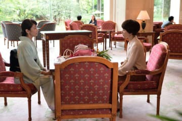 女優の木村佳乃さんが主演し、水野美紀さんが出演するドラマ「あなたには渡さない」の第1話の1シーン(C)テレビ朝日