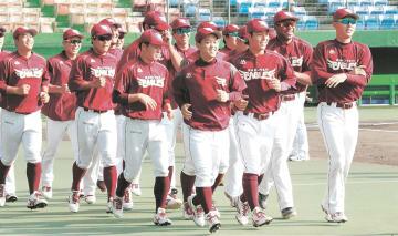 ランニングで汗を流す東北楽天の野手陣