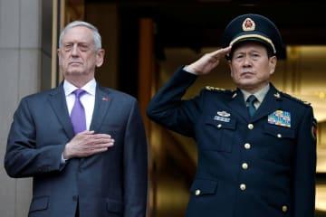 米国防総省で中国の魏鳳和国務委員兼国防相(右)を迎えるマティス国防長官=9日(ロイター=共同)