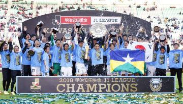 サッカーJ1で2年連続2度目の優勝を果たし、喜ぶ川崎の選手ら=10日、大阪市のヤンマースタジアム長居