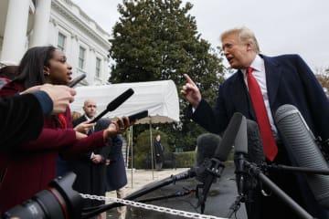 9日、ホワイトハウスでトランプ米大統領(右)に質問するCNNの記者(AP=共同)