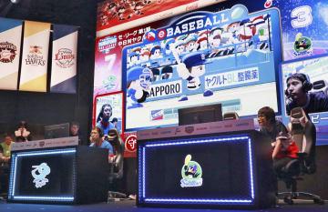 野球ゲームで対戦する「eスポーツ」プロリーグの開幕戦=10日午後、東京都渋谷区