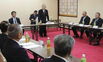 自民党福井県連の執行部会で、知事選の推薦願への対応を協議する県議ら=10日午後、福井市