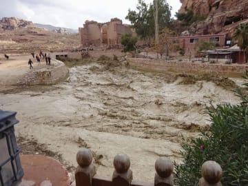 9日、ヨルダン南部のペトラ遺跡で発生した土石流(ツアーに参加した山崎員弘さん提供、共同)