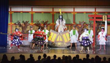 サハリンで開かれた横尾歌舞伎の公演で披露された「菅原伝授手習鑑」=10日、ロシア・ユジノサハリンスク(共同)