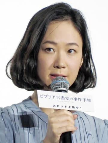 映画「ビブリア古書堂の事件手帖」の初日舞台あいさつに登場した黒木華さん