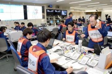 大規模地震の発生を想定した県総合防災訓練で、被害状況の確認などに追われる職員たち=10日、県庁