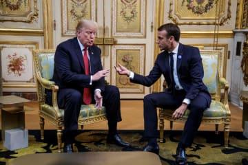 フランスのマクロン大統領(右)と会談するトランプ米大統領=10日、パリ(ロイター=共同)