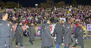ホーム最終戦を終え、サポーターへあいさつに回るサンガの選手たち(京都市右京区・西京極陸上競技場)
