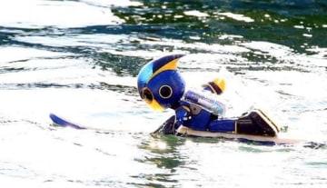 厳島神社に向けて泳ぐエボルタNEOくん=10日午前9時45分(撮影・川村奈菜)