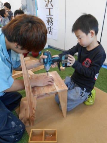 いす製作を体験した小学生 =大和市中央5丁目