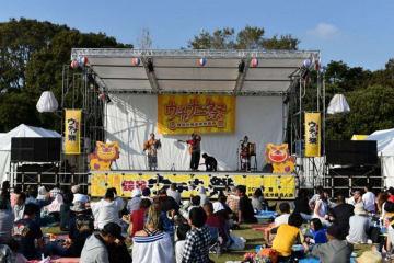 ステージ上では三線の演奏も行われた=横浜市鶴見区の入船公園
