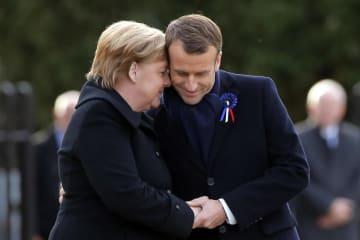 10日、パリ近郊での式典に出席したフランスのマクロン大統領(右)とドイツのメルケル首相(AP=共同)
