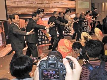 SNSでの発信を期待して、地歌舞伎役者と一緒に大見えを切る古田肇知事(左から2人目)ら=10日午後、ザ・ランガム香港