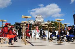 地元中学生が駒役を務めた人間将棋=姫路市本町