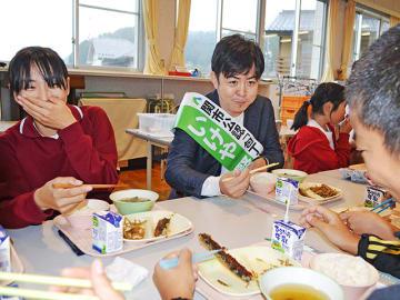 いけや賢二さんと共にサンマのかば焼きなどの給食を食べる児童たち=関市武芸川町谷口、武芸小学校