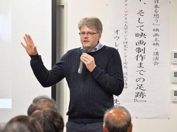 リトアニアと日本の結びつきを描いた映画について思いを語る、オウレリウス・ジーカスさん=加茂郡八百津町八百津、町防災センター