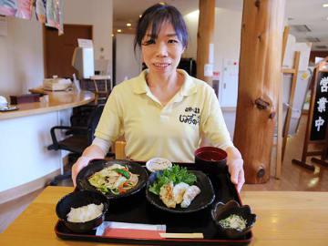 飛騨川温泉しみずの湯が提供する健康メニュー「納豆喰豚の野菜炒め定食」=下呂市萩原町四美