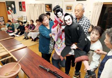 創立30周年記念公演に向けて稽古に励む平成座の座員=徳島市川内町沖島