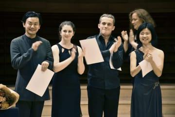 ロン・ティボー・クレスパン国際音楽コンクールで2位に入賞した金川真弓さん(右端)と、5位の弓新さん(左端)=10日、パリ(共同)