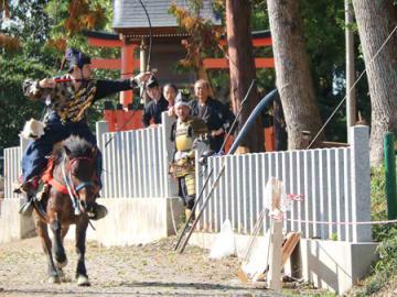 疾走する馬から矢を放つ射手(滋賀県近江八幡市加茂町・賀茂神社)