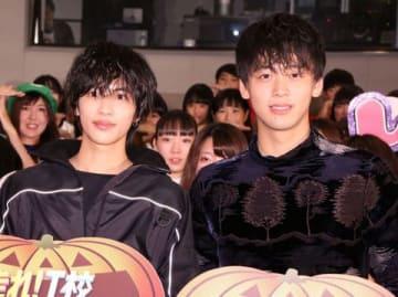 映画「走れ!T校バスケット部」の公開直前ユニホーム限定試写会に登場した志尊淳さん(左)と竹内涼真さん