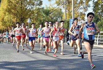 初日のゴールを目指し、スタート地点の競技場を後にする1区の走者=10日、鳥取県米子市のどらドラパーク米子陸上競技場