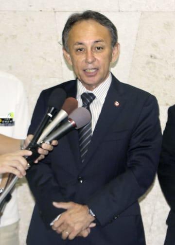 訪米を前に記者団の取材に応じる沖縄県の玉城デニー知事=10日午後、那覇空港