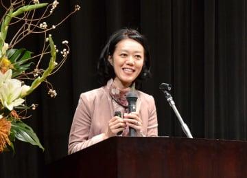 「教育に科学的根拠を」と題し講演した慶応大准教授の中室牧子氏=神埼市の千代田文化会館