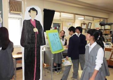 西本郷中学校の「太宰治展」で展示した太宰の人型パネル(西本郷中学校提供)