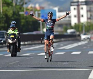 チャンピオンレースを制したイタリアチームのアラン・マランゴーニさん=11日、名護市21世紀の森体育館前