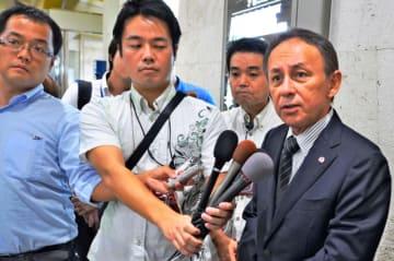 訪米に先立ち、記者団の取材に応じる玉城デニー知事(右)=10日、那覇空港
