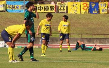 サッカー全国地域チャンピオンズリーグ1次ラウンド第3節、松江シティFCに敗れ、1次ラウンド敗退が決まったサウルコス(緑のユニホーム)=11月11日、松江市営陸上競技場(サウルコス福井提供)