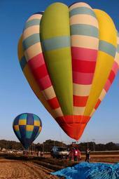 青空へ飛び立とうとするカラフルな熱気球=加西市内