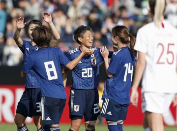 日本―ノルウェー 前半、FKを直接決めて先制し喜ぶ横山(中央)ら=とりスタ