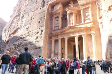 11日、観光客の受け入れを再開し、多くの人々が訪れたヨルダン南部のペトラ遺跡(共同)