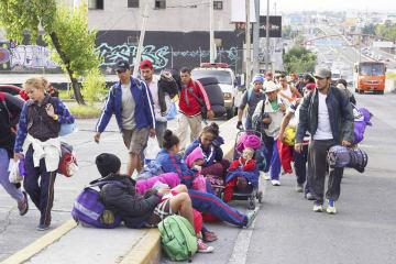 メキシコ中部ケレタロ州に向かう移民=10日、メキシコ市(ロイター=共同)