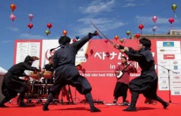 先月、横浜市中区の日本大通りで開かれたベトナムフェスタでショーを演じる風魔忍者。評判は上々だったという(小田原市観光協会提供)