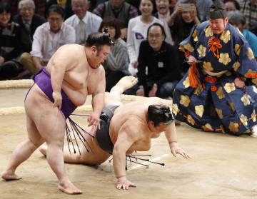 貴景勝(左)にはたき込みで敗れた稀勢の里=福岡国際センター