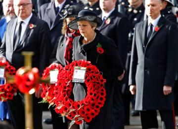 11日、ロンドンでの戦没者追悼式で花輪をささげるメイ英首相(ロイター=共同)