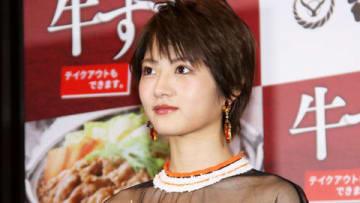 吉野家「牛すき鍋膳」の発表会に登場した「乃木坂46」の若月佑美さん