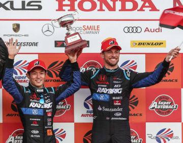 GT500のチャンピオンに輝いた山本尚貴とジェンソン・バトン。