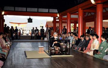 厳島神社でお点前を披露する上田宗冏家元