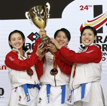 女子団体形で2連覇を達成し、表彰式でトロフィーを掲げる(左から)武儀山舞、平紗枝、石橋咲織=マドリード(共同)