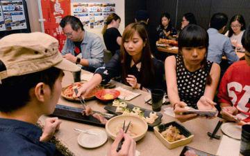 鳥取・岡山フェアで提供する料理の試食会があり、参加者が地域の食材を使った料理に舌鼓を打った=8日、セントラル(NNA撮影)