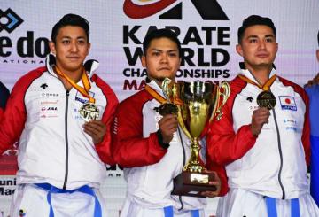 男子団体形で金メダルを獲得した日本の(左から)喜友名、上村、金城=マドリード