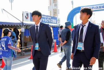 スーツ姿でグッズ売り場などを見学する井澤選手(左)と坪井選手