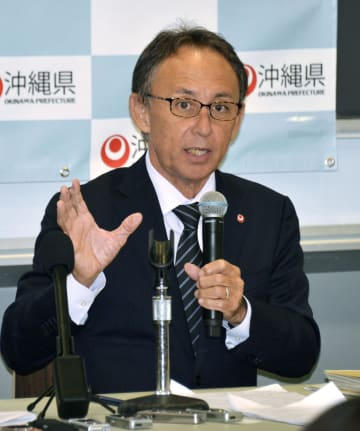 11日、ニューヨーク大で講演する沖縄県の玉城デニー知事(共同)