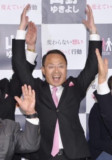 金沢市長選で4選を決め、万歳する山野之義氏=11日夜