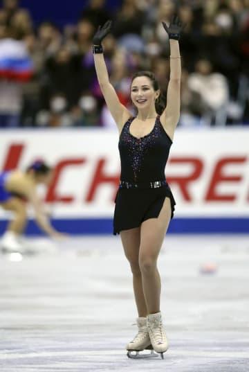 女子SPの演技を終え観客の声援に応えるエリザベータ・トゥクタミシェワ選手=広島県立総合体育館